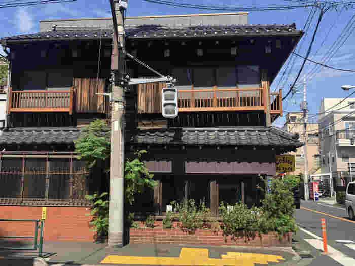 「カヤバ珈琲」は、上野桜木エリアを代表する喫茶店のひとつ。その歴史は古く、創業は1938年。店名は、創業者の名前からつけられました。一度閉店して取り壊しの案も出ましたが、地元の方や常連のお客さんなどの後押しもあり、2008年に復活。創業当時の面影を残した建物は、昔ながらの町並みにしっくりなじんでいます。