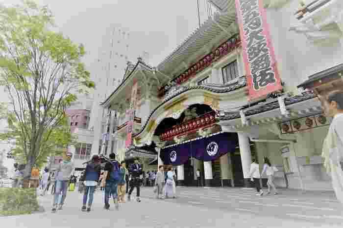 2013年に新築された現在の歌舞伎座。建物の構造や舞台装置に最新技術が取り入れられているほか、劇場内にもエスカレーターやエレベーターが設置され、さらに1,808席ある座席のどの席からも花道が見られるなどより見やすく使いやすく生まれ変わりました。江戸の粋をふんだんに盛り込んだ歌舞伎は、ぜひ生で観てほしい! 衣装や舞台背景の美しさや、観ている人に驚きを与えてくれる演出など、時代を凌駕する「伝統」は感動の一言です。