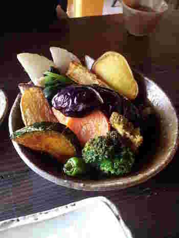 蕎麦と、もうひとつの主役がこちらの「素揚げ野菜」。 目にも鮮やかで、お蕎麦との相性がばっちりなんだそう♪