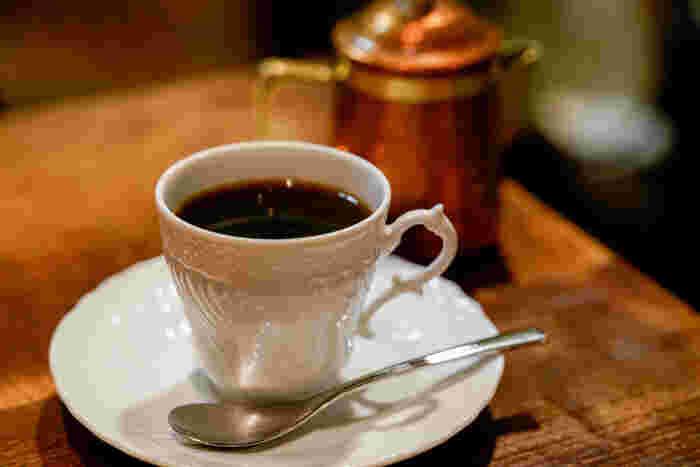 もちろんコーヒーにもこだわりが。苦味と酸味のバランスがよく、砂糖やミルクを入れるのがもったいないくらい美味。アイスコーヒーは珍しい錫製のカップで提供されます。