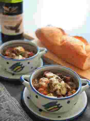 パングラタンの味付けは自由自在♪こちらはデミグラソースのパングラタンです。ソースは缶詰を使うのでお手軽!フライパンひとつで作れるので、オーブンやトースターがなくても大丈夫です。