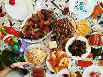 「おもてなしのお料理、どうしよう…」と悩んでいる人も、まずお気に入りのお皿をそろえてみると、どんな料理を盛り付けたいかアイデアがわいてくるはず。ぜひ、素敵な大皿&小皿と一緒に楽しい年末年始をお過ごしください。