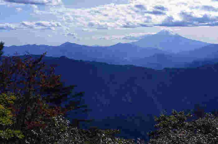 三頭山の山頂からは、日本最高峰の富士山を一望することができます。