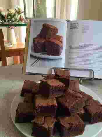ブラウニーは、アメリカ生まれの家庭的なチョコレートケーキ。オーブンの天板などに生地を流して焼き、四角に切り分ける、という手軽に作れる焼き菓子です。