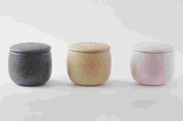 伊賀焼は、三重県伊賀市で伝統的に作られてきた陶器。ひとつひとつ異なる土の風合いや肌ざわりが魅力で、蓄熱保温性や遠赤外線効果もあり、保存や調理にも向いています。