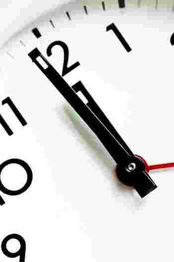 朝勉強の気持ち良さに気づいて、あるいはやる気に満ちて、たっぷり数時間の朝勉強を行いたくなるかもしれませんが、オススメは「MAX1時間程度」。  朝勉強は必然的に早起きがマストとなるため、がんばりすぎると睡眠時間が足りなくなることに。結果、寝坊や集中力のダウンにつながり、モチベーションも下がるというデメリットが次々と顔を出してきます。