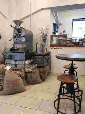 毎日多くのお客さんがこのプリンをめがけてやって来ます。お店で自家焙煎している、コーヒーと一緒にいただくのがおすすめです。