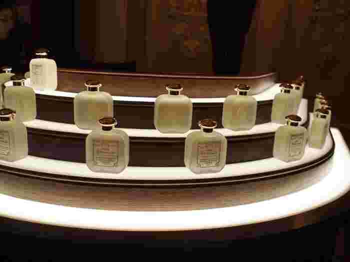 天然の原料から作られた「王妃の水」はベルガモットをメインとしたシトラスベースの香りになっています。上品で軽やかな香りは時代を問わず多くの人を魅了しています。