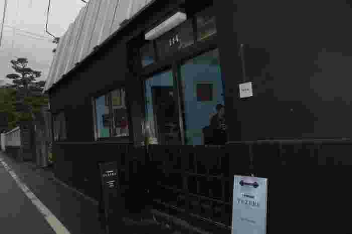 鎌倉の銭洗弁天に向かう途中の、静かな裏通りに佇むこのお店。万年筆が描かれた黒の看板が目印です。