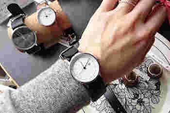 「KHORCHID MINI ROSE(ホルシード ミニ ローズ)」と名付けられたこちらの腕時計は、ローズピンクで縁取られたさりげない女性らしさが人気のアイテムです。シンプルな中にキュートさを取り入れたアイテムは、デイリーに使いたくなりますよね♪