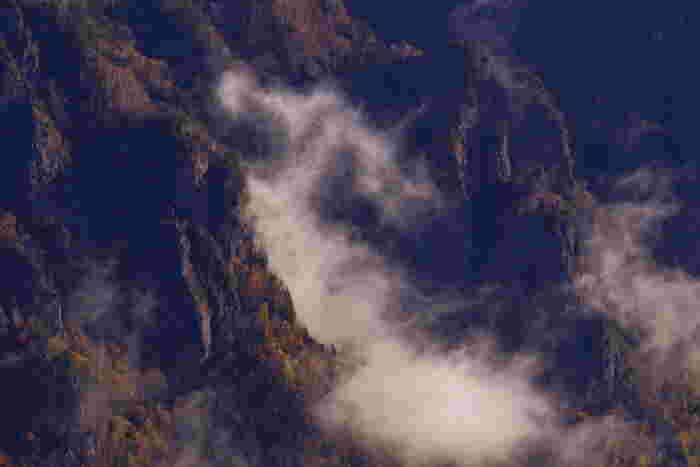 大雪山国立公園内にある、道内有数の温泉街。黒岳山麓の層雲峡に沿って宿があり、切り立った岩肌に囲まれた異世界のような景観が楽しめます。秋は紅葉で赤く染まり、冬は滝が氷結して巨大な氷柱となる、北海道きっての景勝地です。  ♨ 泉質:塩化物泉、硫酸塩泉、無色透明、弱アルカリ性 ♨ 肌の弱い人や高齢者にもおすすめ