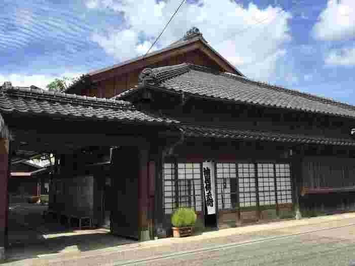 嘉右衛門町通りから1本入った小道にある「油伝味噌」は、江戸の天明年間に油屋として開業し、江戸元年からお味噌の製造を始めた老舗。建物は、明治時代の土蔵を含めた5棟が国の登録有形文化財の指定を受ける貴重なもので、「田楽あぶでん」はその一角にあります。