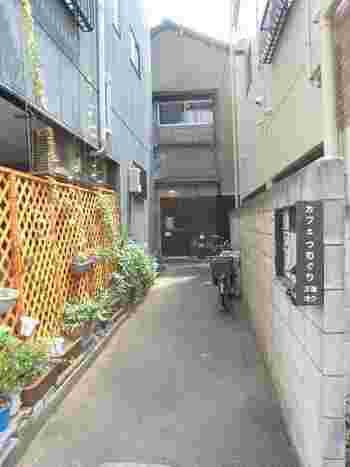 """浅草寺や花やしきの喧噪から少し離れた""""観音裏""""と呼ばれるエリアの路地の奥に、ひっそりと佇む「カフェつむぐり」。最寄り駅は浅草駅ですが、歩いて15分ぐらいかかる隠れ家のようなお店です。"""