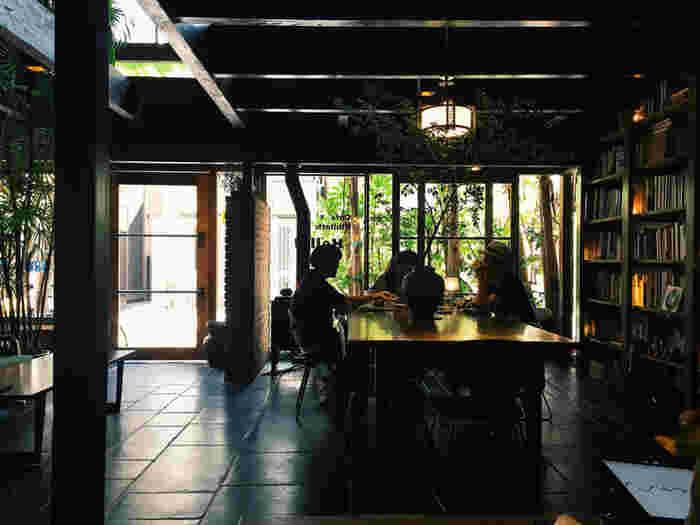 観光客が溢れるスポットとはまた違った落ち着いた雰囲気を味わうことができます。店内は、1階席と2階席に分かれているので、外観よりも広々とした空間が広がっています。木の温もりと植物コントラストがリラックス感を誘います*