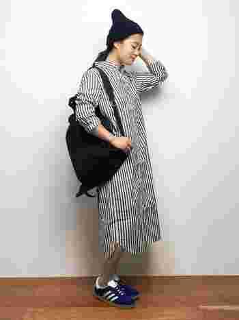 シャツワンピースを一枚でサラリと着られるのは今の時期だからこそ。1歩間違うとパジャマ風になりがちなストライプのシャツワンピースも、小物使いを工夫してカジュアルに着こなして。