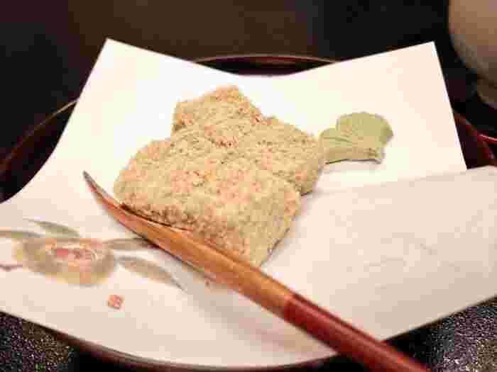 島崎藤村をはじめ、多くの著名人に愛されたきび餅は、湯河原の有名旅館でお茶菓子として出されているんですよ。この味を求め、親子3世代で訪れるご家族もいるそう。