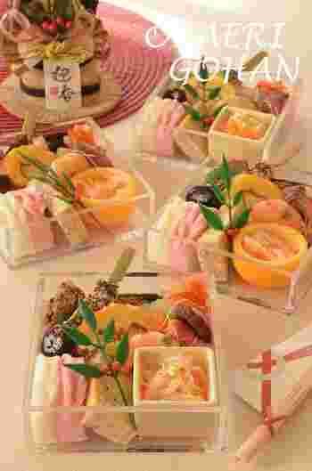 透明のお重がスタイリッシュでモダンな雰囲気です。定番のおせち料理もクリアな重箱を使うだけで、いつもとは一味違った雰囲気が楽しめますね。こちらの写真のように器や彩りも工夫して、素敵な食卓を演出してみませんか?