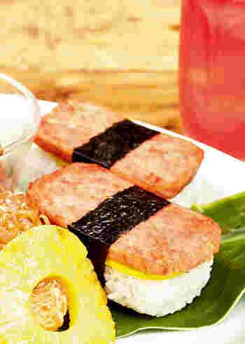弱火でじっくり焼いたランチョンミートを、ごはんにのせて、タクアンを挟んで、海苔で巻いて完成!タクアンの食感と旨みがプラスされ、日本には無い味わいを楽しめますよ。簡単ですがテンションが上がる一品です。