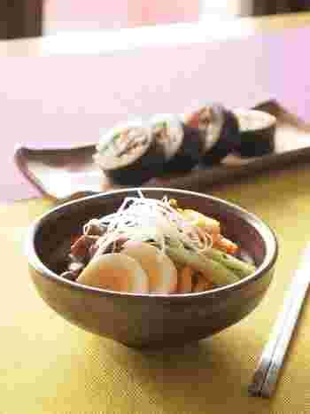 韓国の人気メニュー、ピビン麺をうどんで!一緒にキンパ(韓国風海苔巻き)もいかが?