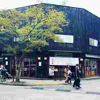 1827年に長野県・小諸に創業した「酢重正之(スジュウマサユキ)」は、お味噌やお醤油など日本の調味料を中心に使ったお料理がいただけるレストラン。軽井沢駅から、県道133号線を旧軽井沢銀座方面に進んだ大通り沿いにあります。