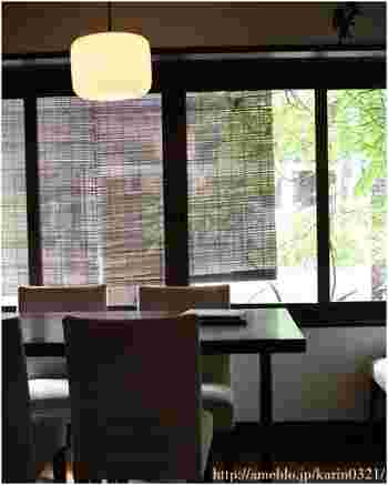 「出町ろろろ」は、京都の風情とレトロな雰囲気が魅力的な京懐石料理の店です。  店内も静かで落ち着いた雰囲気。