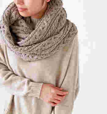 冬らしくざっくり編みこんだ、「CLIPPER CASUALS(クリッパーカジュアル)」のケーブルニットスヌードです。ぐるりと首回りに巻くだけで、季節感と暖かさとおしゃれのいいとこ取りコーデが完成します。
