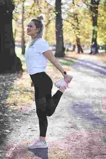 また歩幅は、少し大股歩きを意識するだけでも運動量がアップするのでおすすめです。呼吸は自然に行えばOKですが、できる人は吐く時にお腹からしっかりと吐ききって体幹をキープし、腹筋に負荷をかけるとお腹回りがスッキリしやすくなるでしょう。腕をしっかり振りながら歩けば、背中も同時にアプローチできますよ。