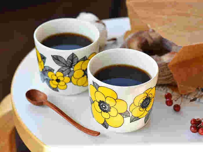 マリメッコのラテマグとマグカップ「KESTIT(ケスティト)」。KESTITとは「楽しませる」という意味のフィンランド語。その名の通りティータイムが楽しみになるような明るいレモンイエローが印象的です。どこか懐かしくあたたかみのある佇まいも素敵。