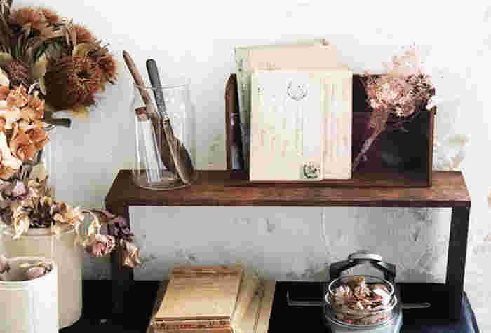 初秋のインテリアに取り入れる植物は、「ドライな素材」を意識してみてください。少し色褪せたシャビーシックな雰囲気の小物、ドライフラワーなどが初秋インテリアのアイキャッチになります。  ドライフラワーを花瓶に挿したり、瓶などに入れても素敵。また、フレームなどに入れるとアートのように楽しめます。思い思いの飾り方で楽しんでみてください。