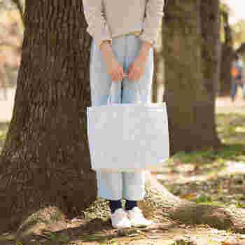 陽の当たるところでみるとなおさら綺麗な色。普段使いでアレコレが十分に入るサイズです。こんなバッグで、春の日差しの中をご近所にお買い物に出かけてみてはいかがでしょうか?