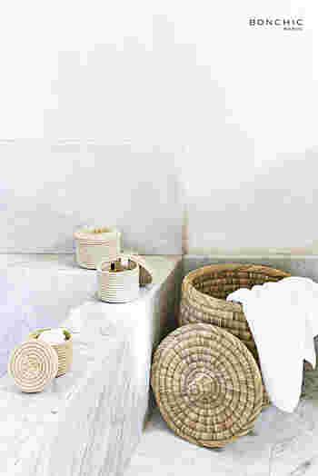 こちらは蓋つきのバスケット。洗濯物を人目から隠したい時に便利です。隙間なく編まれているので、中の洗濯物が床に触れる心配もありません。