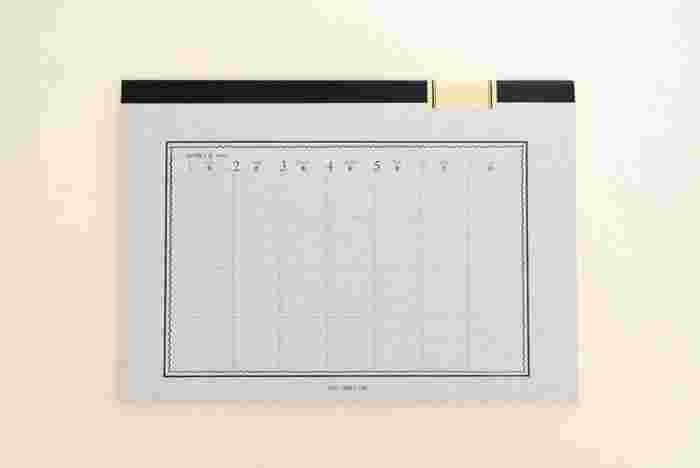 ツバメノートを上下見開きにして作られたスケジュール帳は、開いた時の見やすさとシンプルおしゃれなデザインを兼ね揃えています。どこか懐かしさも感じられる雰囲気がいいですね。 大きめですがA4ノートのサイズなので、持ち運びも苦じゃありません。