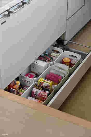 キッチンのシンク下の引き出しに気持ち良く収まるサイズ感。ケースが白だと清潔感がありますね。食品を立たせて収納すれば、ストック管理もらくらくです。