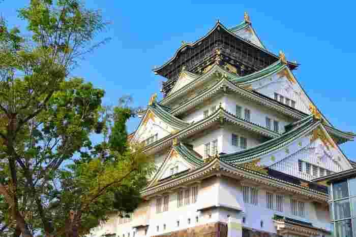 天守閣広場は、大阪城天守閣に面した広場です。ここからは、五重八階建構造となっている白壁に緑色の屋根をした大阪城天守を眼前に臨むことができます。
