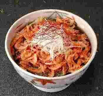 北海道産のそば粉を使った二八蕎麦の上に、たっぷりの桜海老の天ぷらが載せられた「湯葉蕎麦桜海老天のせ」は、人気メニューの一つです。とろみがかった風味豊かな蕎麦つゆに、蕎麦の風味が広がりとても美味しいんです。