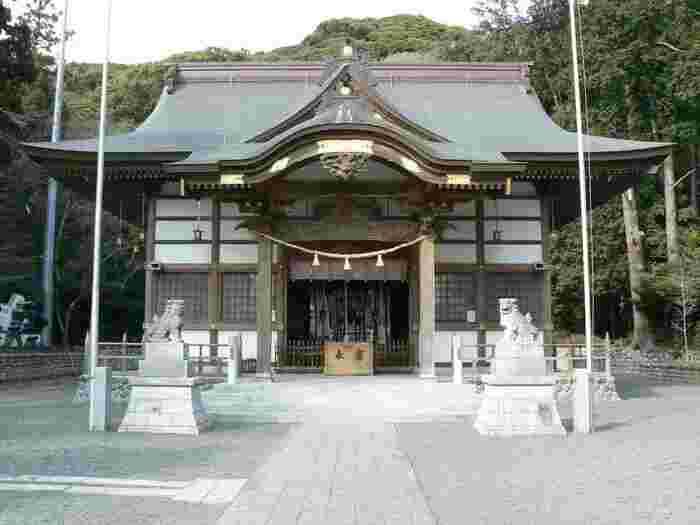 文武天皇の皇后が皇子誕生を願い叶ったことから、熊野本宮大社の分霊を移したのが三熊野神社です。4月に開催される大祭では「神子抱き神事」が行われます。ご神体化身の「おねんねこ様」という人形を抱いて祈願すると、子宝に恵まれるとされていて、遠方からも多くの方が参拝します。