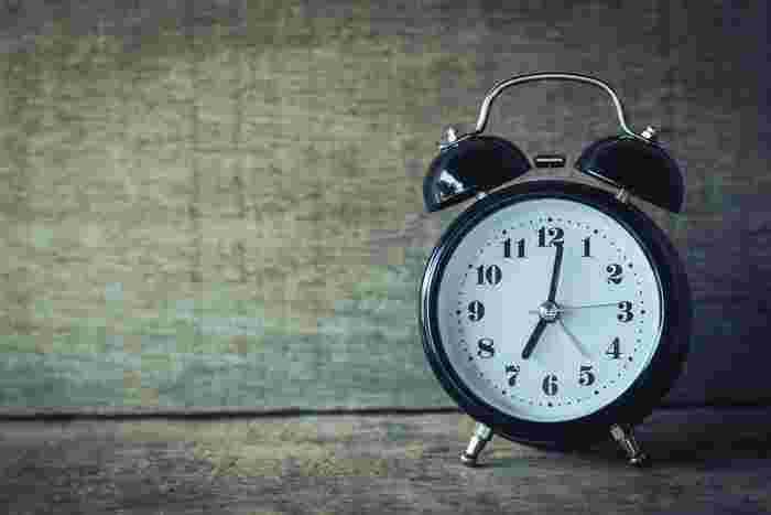 """朝はいつも起きたい時間に起きれず、いつも朝はバタバタ、ストレスがいっぱい…… という方はいらっしゃいませんか?  朝の時間は1日の気分に大きな影響を与える時間帯。 1日のはじまりがストレスやイライラ、「もうちょっと早く起きられたら……」という後悔でいっぱいだと残念です。  せっかくなら、よりポジティブに素敵に過ごしてみませんか?  早起きしてして実践してみたくなる、""""1日をより良いものに変える朝習慣""""をご紹介します♪"""