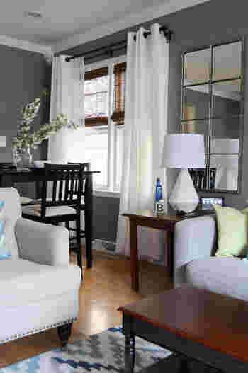 壁にダークグレーを取り入れたスタイリッシュな雰囲気のお部屋。ダークトーンの場合は、白や木の家具にするとナチュラルな雰囲気に。