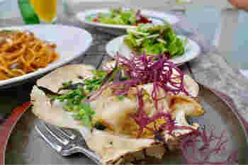 葉山でとれる新鮮な魚介類を美味しく調理して食べさせてくれます。こちら「殻付き帆立の海藻レモンバター焼き」は、旨味の詰まったホタテに、レモンの風味がさっぱりと絶妙な味加減です。