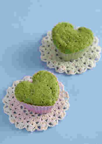野菜が苦手なお子様も気づかないくらい、ふわっと美味しいカップケーキはいかがでしょうか?ホットケーキミックス・ほうれん草・卵・牛乳でササッと作れます。彩りも可愛く、栄養もあるお菓子は嬉しいですね。