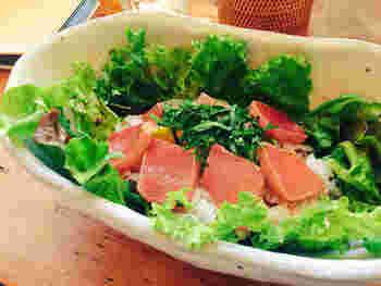こちらは人気のランチプレート「まぐろアボカド丼」。柔らかなまぐろと多めに盛られたお米で、しっかりとおなかを満たせます。