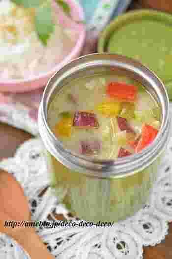 こちらはタイ風エスニック。グリーンカレーのスープです。調理はレンジでするので思ったより簡単かもしれません。エスニック好きさんにはたまらないおいしさが想像できます!ちょっとだけの手間で、お店の味に?!
