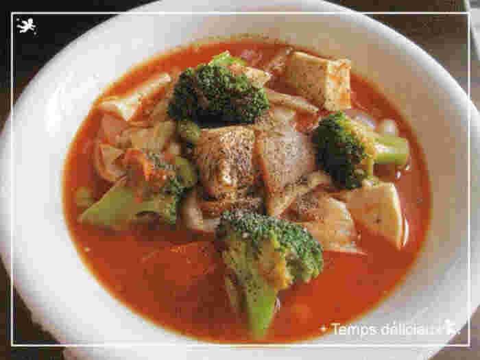食べごたえを出しつつ低カロリー・低糖質に抑えたいなら、豆腐を具材にするのもおすすめ!レンジで水切りすれば、野菜の味が染みだしたスープを薄める心配もありません。野菜を一度炒めるのが、甘味を引き出すコツです。