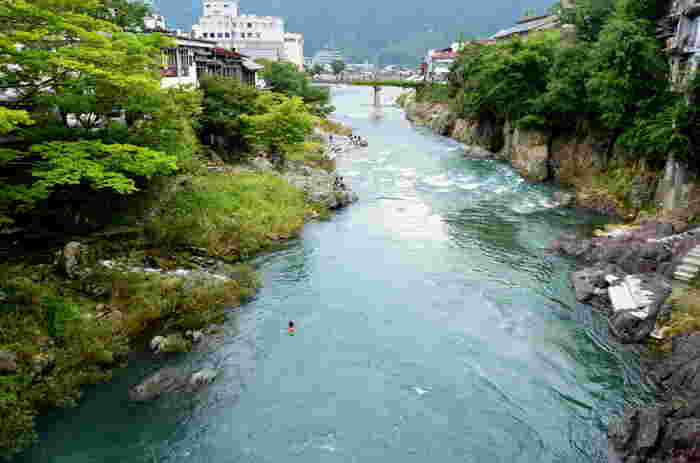夏になると、吉田川に架かる新橋の欄干から、勇ましく吉田川へ飛び込む子供たちの姿を見かけることができます。吉田川への飛び込みは、郡上八幡で古くから受け継がれた伝統です。夏の風物詩となっている「吉田川への飛び込み」を観光客が容易に真似するのは避け、子供たちの雄姿を温かく見守ってあげてください。