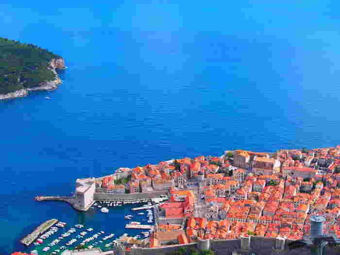 「魔女の宅急便」のモデルの街になったと言われている「ドゥブロヴニク」はアドリア海に浮かぶ美しい港町です。その美しさから「アドリア海の真珠」などと謳われています。城壁に囲まれた旧市街は、オレンジ屋根の家が密集していて、上から見た時の海とのコントラストが見事です。