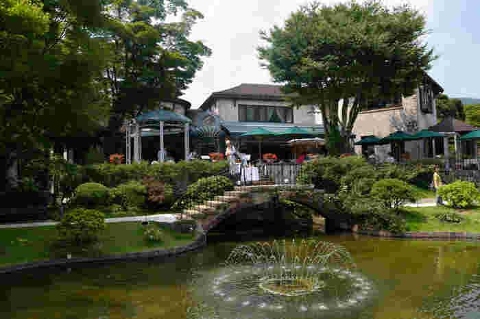 この美術館の雰囲気が気に入ったのなら、庭園に面する「ラ・カンツォーネ 」で、ランチやカフェタイムも楽しんでみましょう。【正面がイタリアンレストラン「ラ・カンツォーネ」7月中旬撮影】