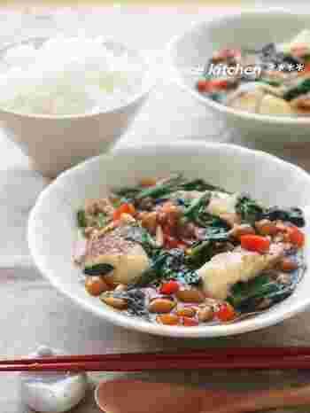10分で作れて簡単・美味しい・野菜たっぷりと良いこと尽くめのあんかけレシピ。魚にまぶした片栗粉となめこを使うことで自然なとろみが付くので、とろみ用の水溶き片栗粉も使わずに作れて失敗も少ないです。ぜひ試してみて♪