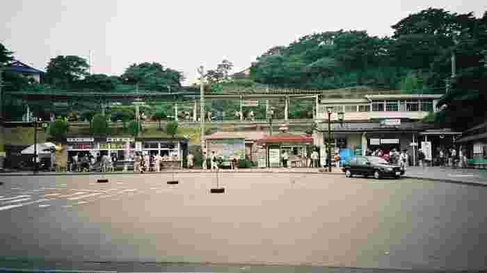 もう1日、仙台周辺でゆっくりしたい。そんな時には、松島へ足を伸ばしてみませんか?JRで約40分の「松島海岸駅」を降りると、ホームからは美しい松島海岸を見渡すことができます。ちなみに駅にはエレベーターなどはないため、車椅子やベビーカーの方は注意が必要です。