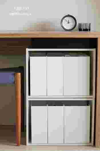 書類を分類しながらデスク下に収納したいときは、カラーボックス+ファイルボックスの収納が便利。 リースナブルに設置でき、見た目もスッキリ♪