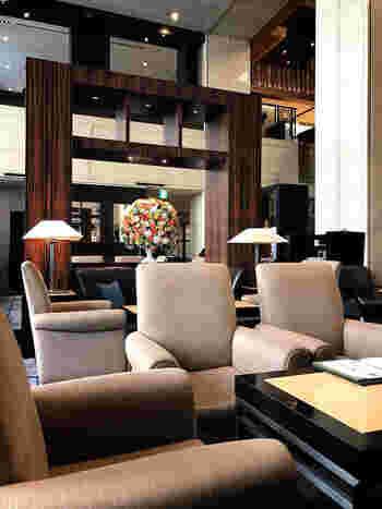 心斎橋エリアに位置し、観光拠点としても人気の「ホテル日航大阪」。  このホテルでアフタヌーンティーセットを提供しているのが、1階にあるティーラウンジ「ファウンテン」。高い吹き抜けの、開放感いっぱいのラウンジスペースです。